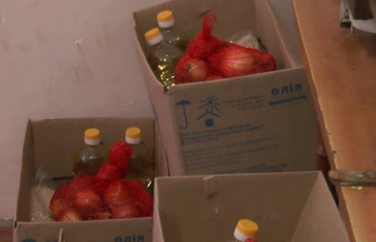 У Хмельницькому малозабезпеченим роздають продуктові набори