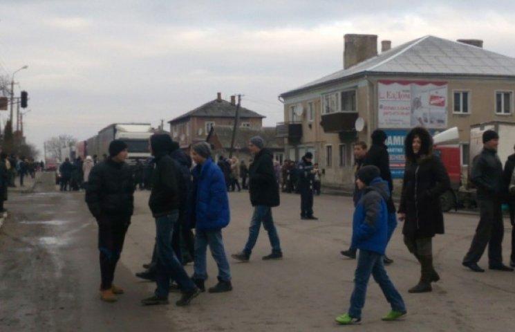 На Тернопільщині люди перекрили автомагістраль