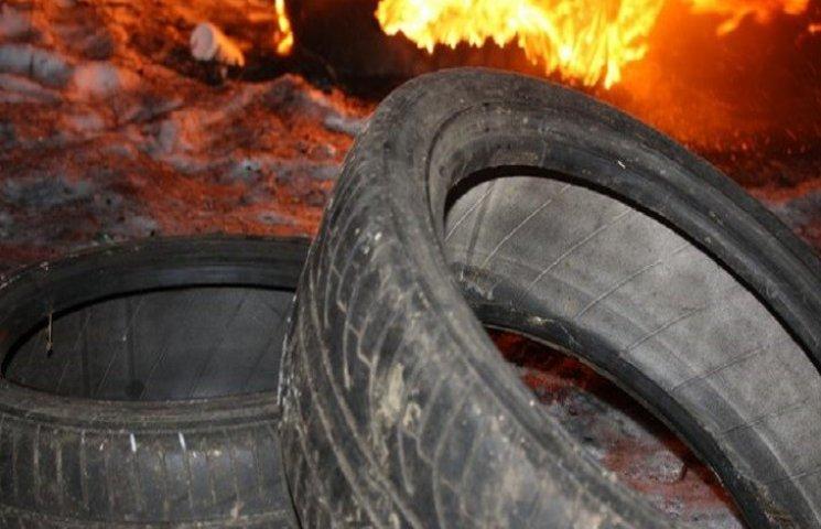 На Кам'янеччині біля автошколи хтось двічі підпалив шини