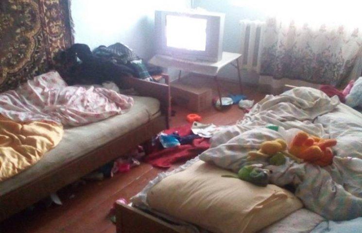 У Хмельницькому в матері відібрали двох малюків