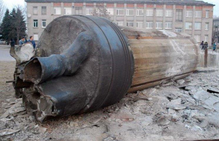 """У Дніпродзержинську """"викорчовують"""" все що залишилось від Дзержинського"""