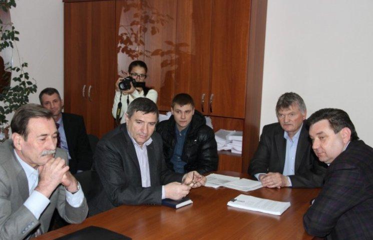 """Міські депутати вирішили, що миколаївці можуть і далі походити """"по коліно в багнюці"""""""
