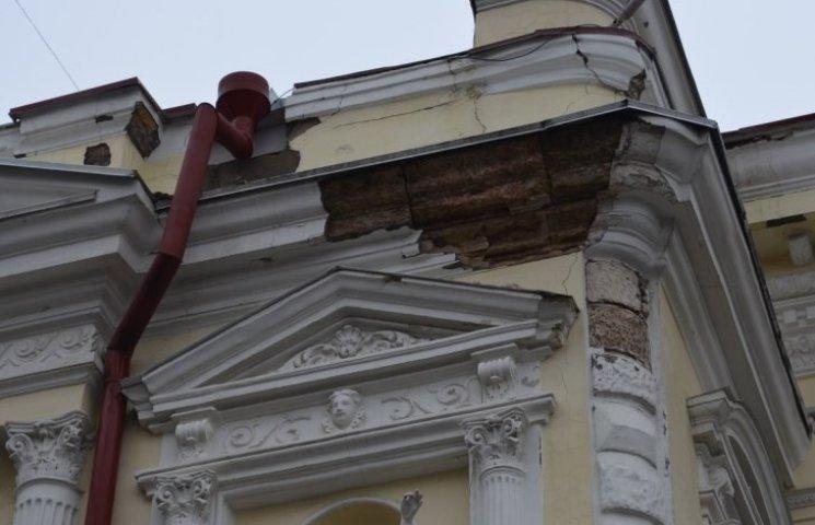 У Миколаєві обвалилась частина фасаду театру