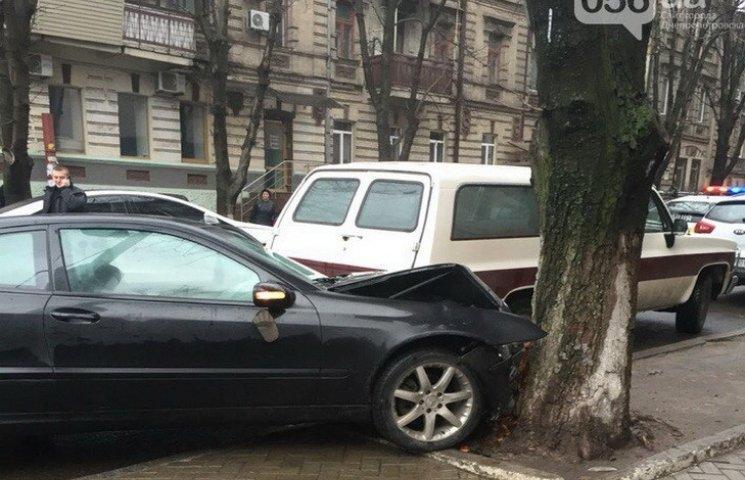 """У Дніпропетровську поліцейські """"загнали"""" викрадене авто у дерево"""