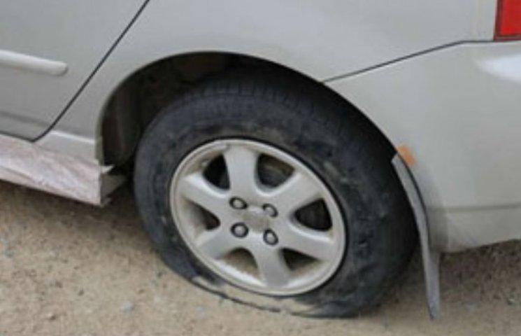 У Миколаєві хулігани порізали гуму на трьох авто
