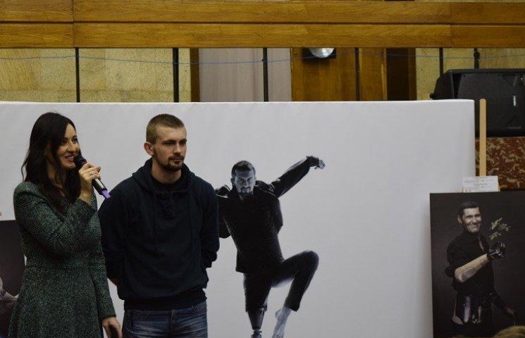 """До Дніпропетровська приїхали героїчні бійці з виставкою """"Переможці"""""""