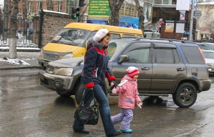 У Миколаєві горе-дідусь перебігав дорогу з дворічною дитиною та потрапив під колеса авто