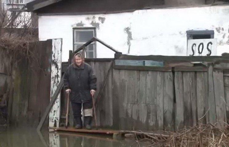 """Рятувальники рили канави і рятували жителів дніпропетровської """"венеції"""""""