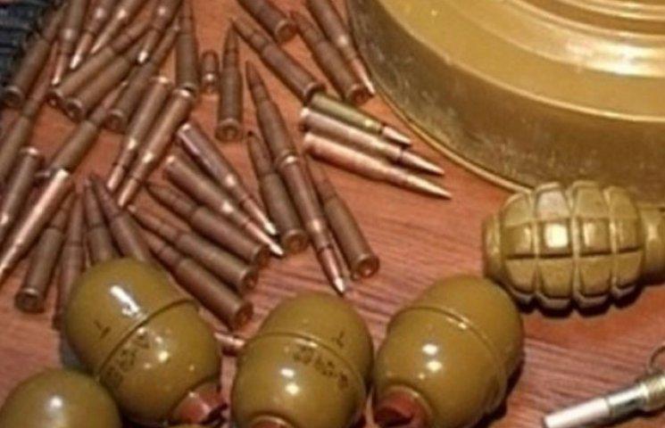 """Вінничани """"запасаються"""" набоями та гранатами"""