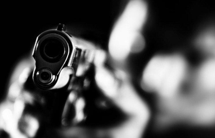 На Миколаївщині невідомі з пістолетом відібрали у чоловіка 20 тис доларів