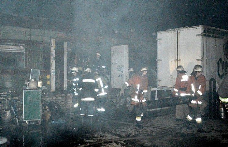 У Дніпропетровську велика пожежа: палали вагони, вантажівки і ангари
