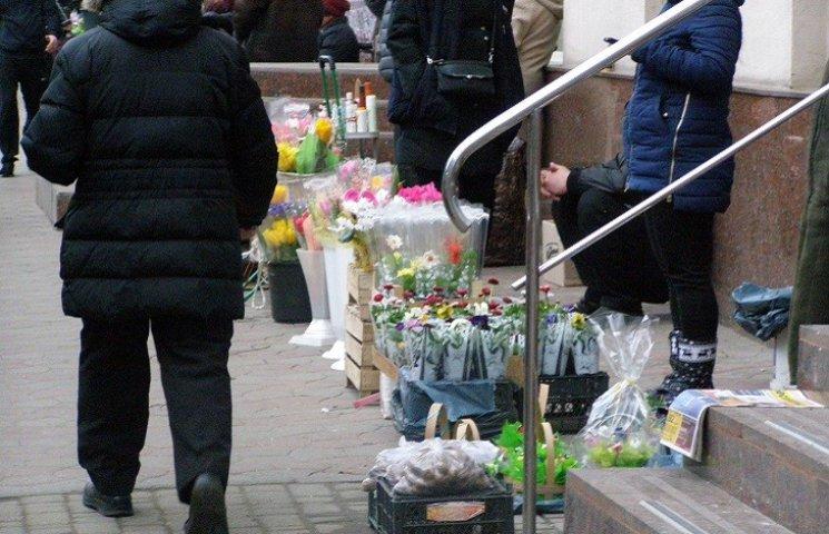 У Дніпропетровську вуличні торгівці збивають ціну на квіти до 8 березня