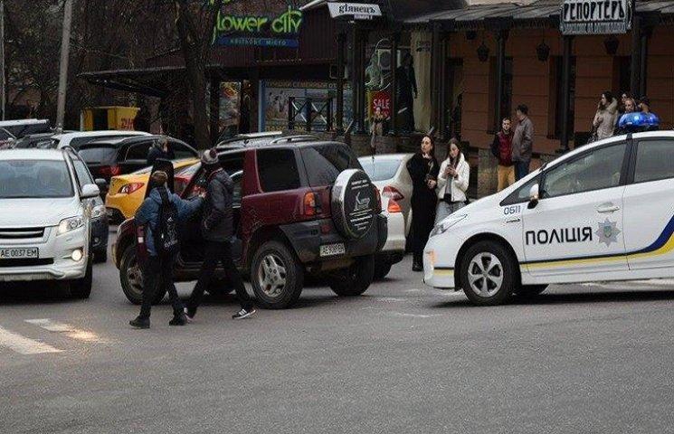 """У Дніпропетровську нові поліцейські затримали втікача """"носом в асфальт"""""""
