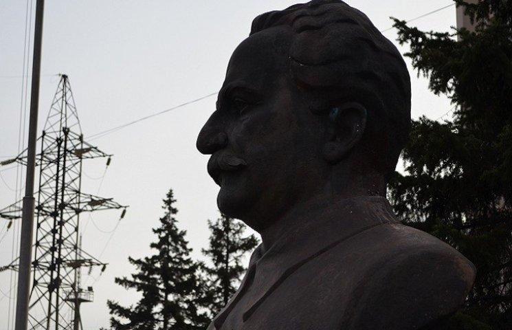 Без шуму і пилу: у Запоріжжі демонтують пам'ятник Серго Оржонікідзе