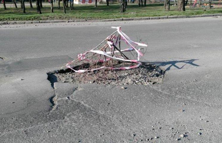 Це не яма, а окоп: миколаївці скаржаться на чергову яму на дорозі