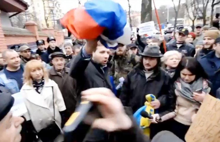 Відео дня: Середній палець Савченко і спалення російського прапора у Львові