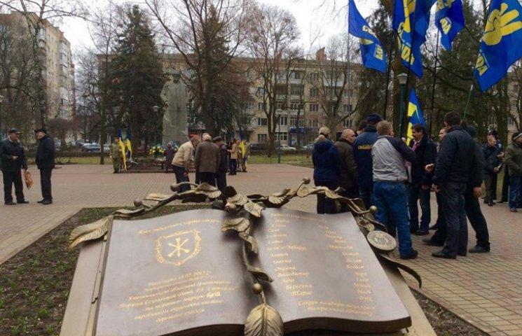 """Хмельницькі ветерани вимагають поміняти """"диверсійний"""" напис у сквері ім.Шевченка"""
