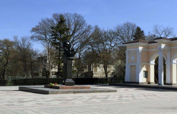 Жители оккупированного Симферополя несут цветы к памятнику Шевченко