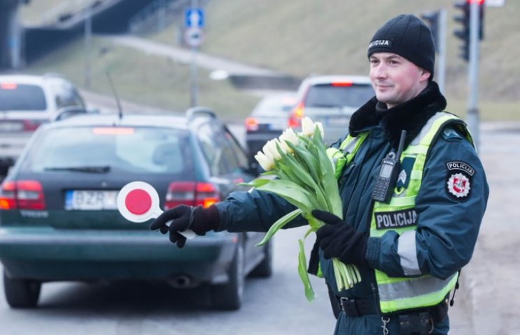Що литовські поліцейські робили з жінками на 8 березня