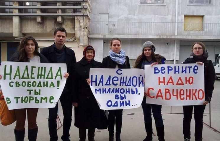 Сестра и мать Савченко приехали под СИЗО. Полиция уже раздает предупреждения