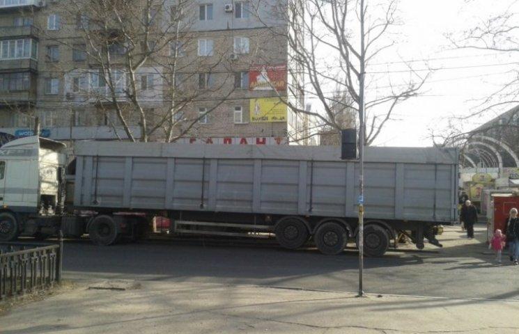 У Миколаєві фура з донецькими номерами заблокувала зупинку автобусів