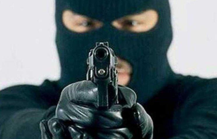 На Миколаївщині чоловік з автоматом пограбував АЗС