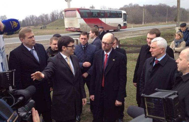На Прикарпатье Пивоварский показал Яценюку отремонтированную дорогу
