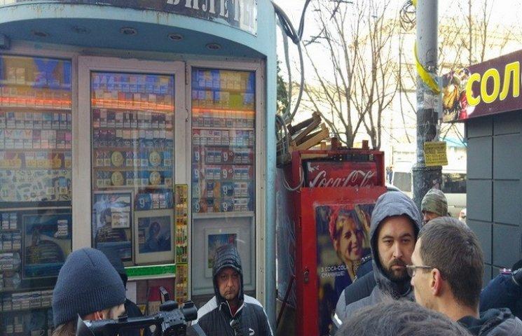 """Дніпропетровські комунальники поскаржилися поліції на колег за """"розпил"""" кіосків"""
