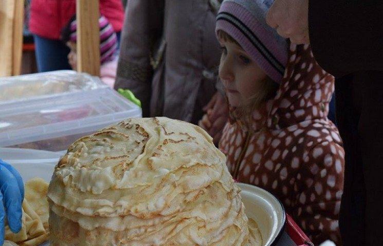 У Дніпропетровську переселенці з Донбасу роздавали безкоштовні млинці