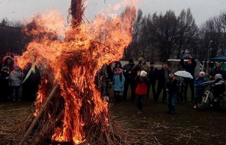 У Дніпропетровську на Масляну почали палити солом
