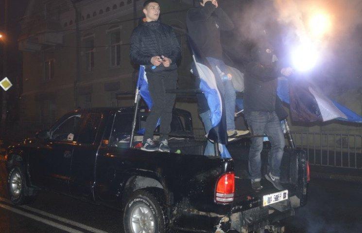 """У Дніпропетровську ультрас """"Дніпра"""" та """"Шахтаря"""" під вибухи петард лаяли Путіна"""