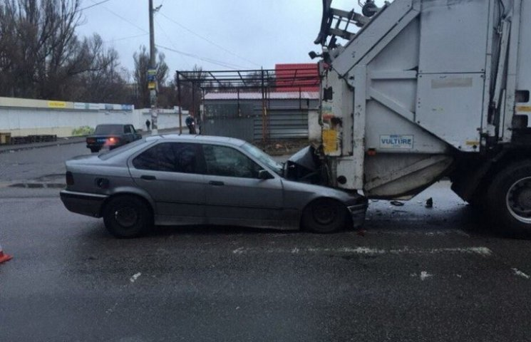 У Дніпропетровську автівка заїхала під сміттєвоз