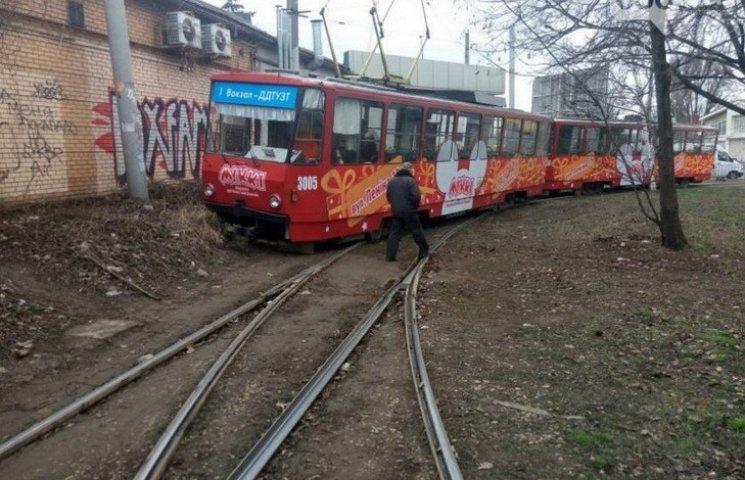У центрі Дніпропетровська трамвай зійшов з рейок
