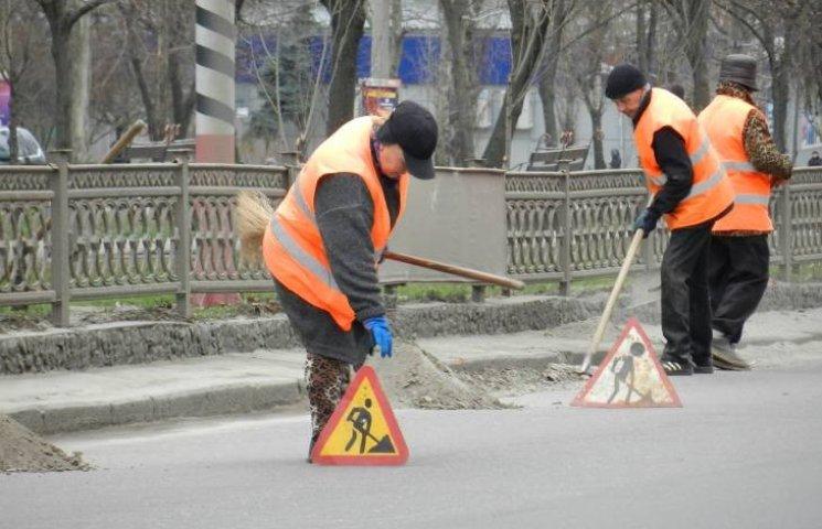 """У Миколаєві """"опоблоківці"""" змусили комунальників прибирати дороги вручну"""