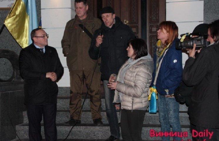 Заспокоювати мітингувальників під стінами вінницької поліції прийшов губернатор
