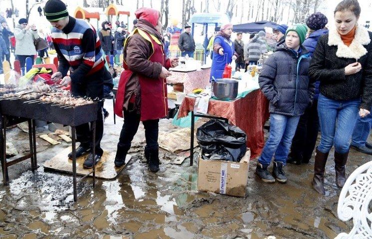 """Як на Росії Масляну святкували """"по вуха"""" в болоті"""