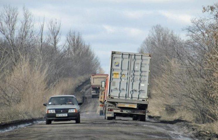 """Дороги просто немає: трасу """"Кривий Ріг-Миколаїв"""" назвали найгіршою в Україні"""
