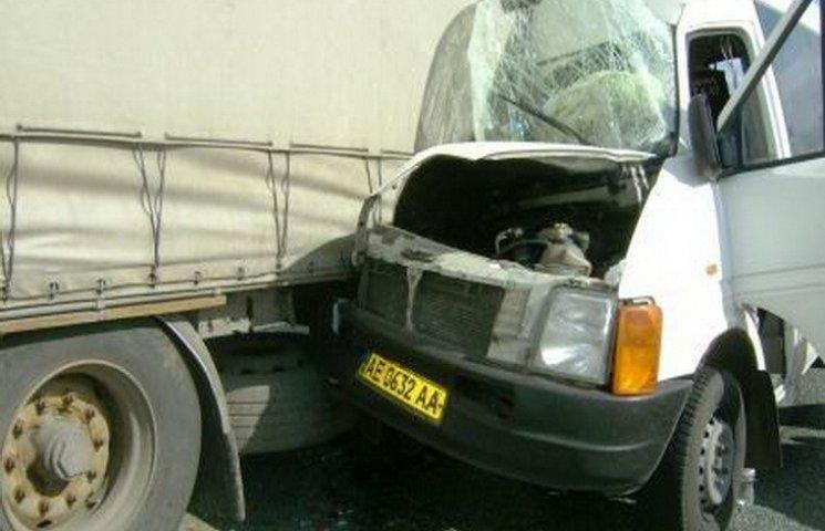На Дніпропетровщині маршрутка з пасажирами зіткнулась з вантажівкою