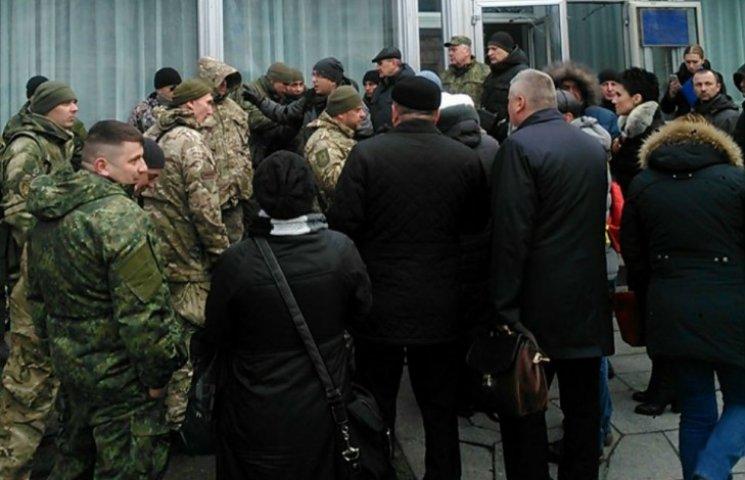 Парни в камуфляже выбили двери и ворвались в здание Рады (ФОТО)
