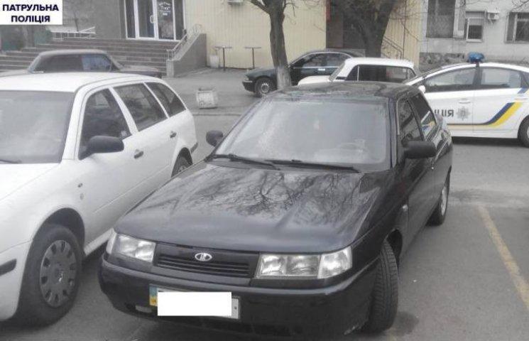 У Миколаєві хлопця під дулом пістолета заштовхнули в авто та пограбували