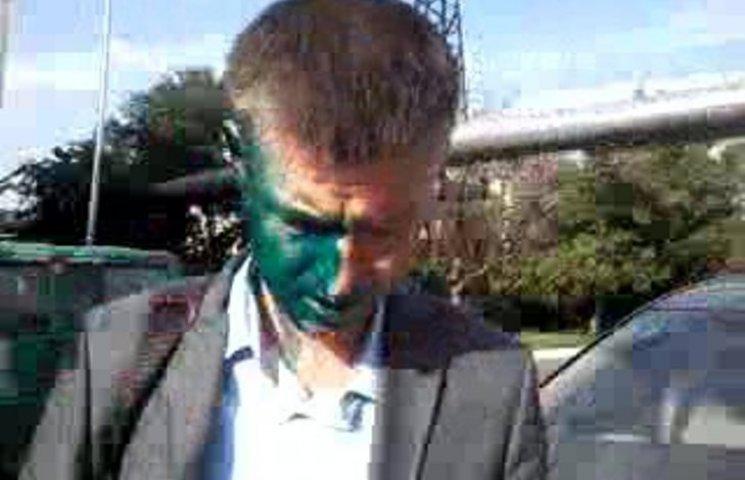 """У Миколаєві активісту, що облив зеленкою начальника морпорту, """"впаяли"""" штраф"""
