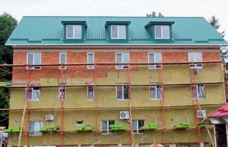 Як священник з Хмельниччини будує покинутим дітям новий дім