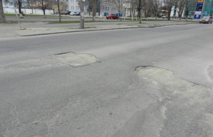 У Миколаєві просів асфальт, який у мороз уклали комунальники