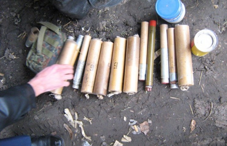 На Миколаївщині чоловік сховав наркотики та арсенал зброї у скирті сіна