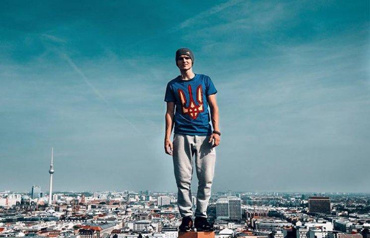 Руфер Мустанг підкорив соцмережі фото в майці з тризубом на фоні Берліна