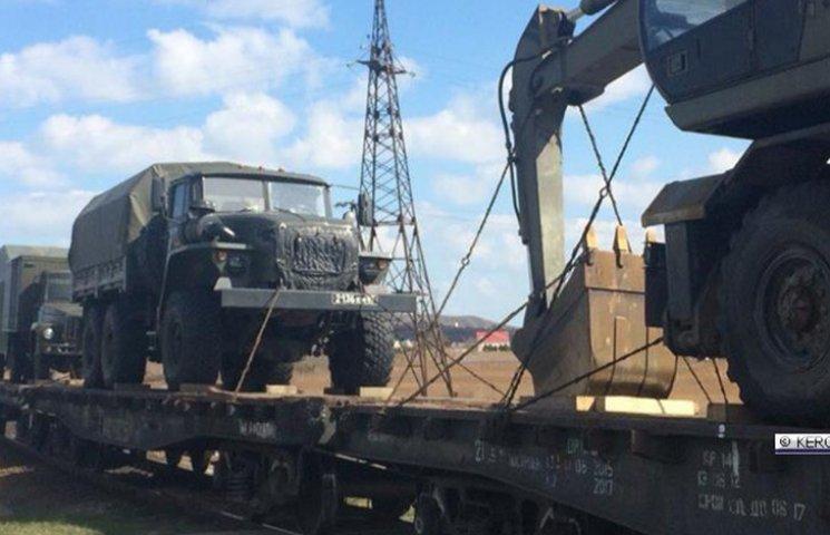 Оккупанты свозят в Крым военную технику