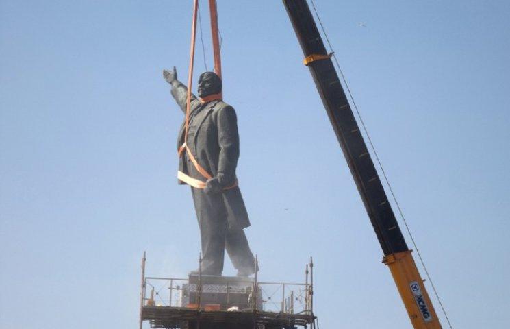 Запорізького Леніна знесли. На площі гримлять салюти