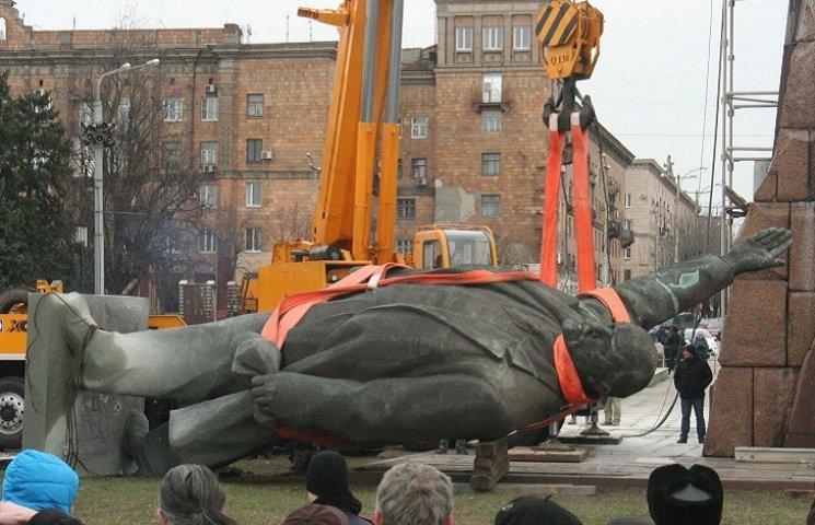Запорізького Леніна повезли геть з площі