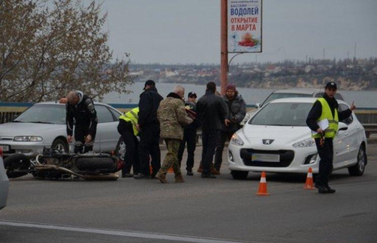 У Миколаєві мотоцикліст впав на автомобіль