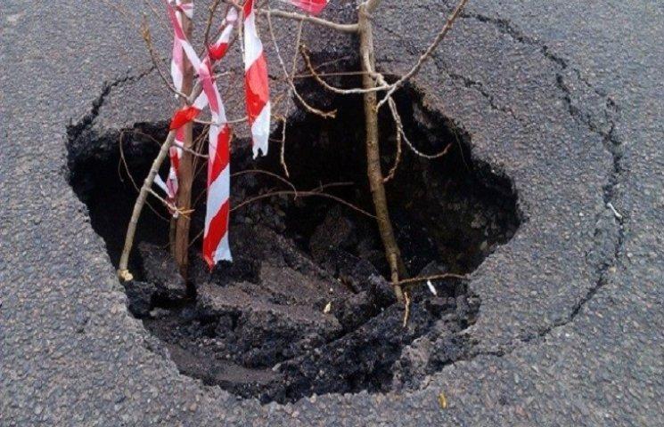 У Дніпропетровську свіжевідремонтована дорога провалюється під землю